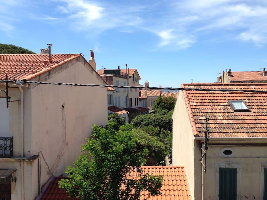 Vue dégagée sur les toits et jardins