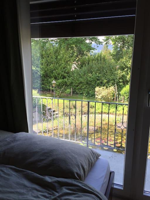 Schlafzimmer mit Doppelbett, Balkon, Badezimmer ensuite mit Badewanne