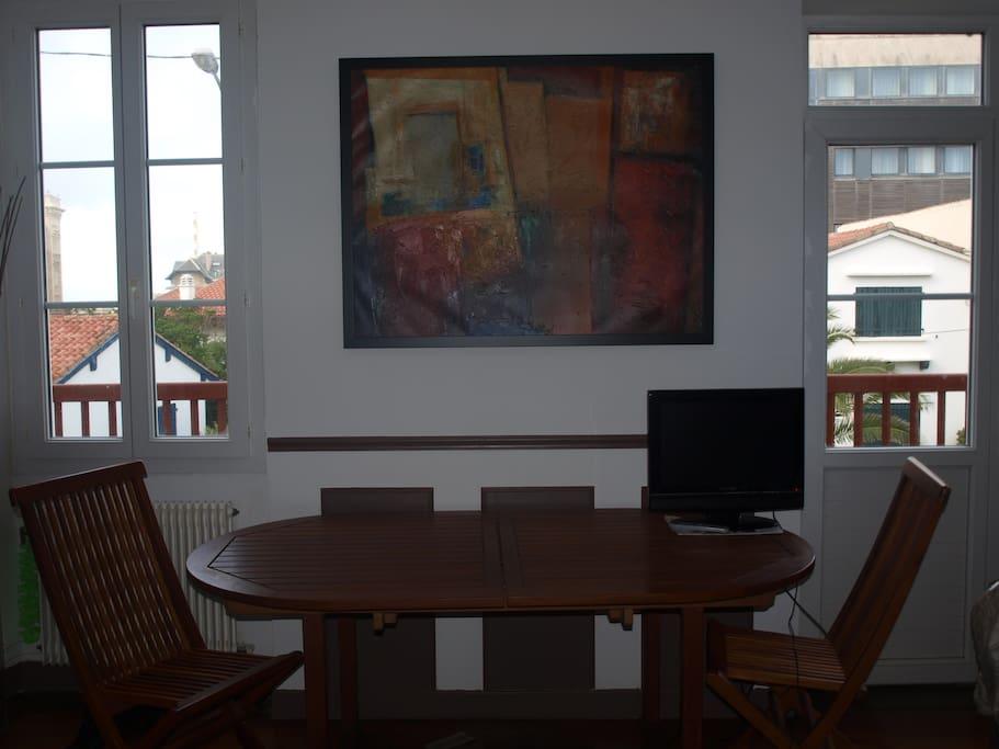 salle à manger avec table et chaises en teck