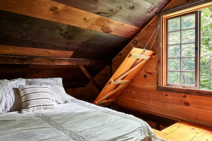 Loft room with 12 inch thick queen futon on floor. Organic sheets,  wool blanket and coverlet
