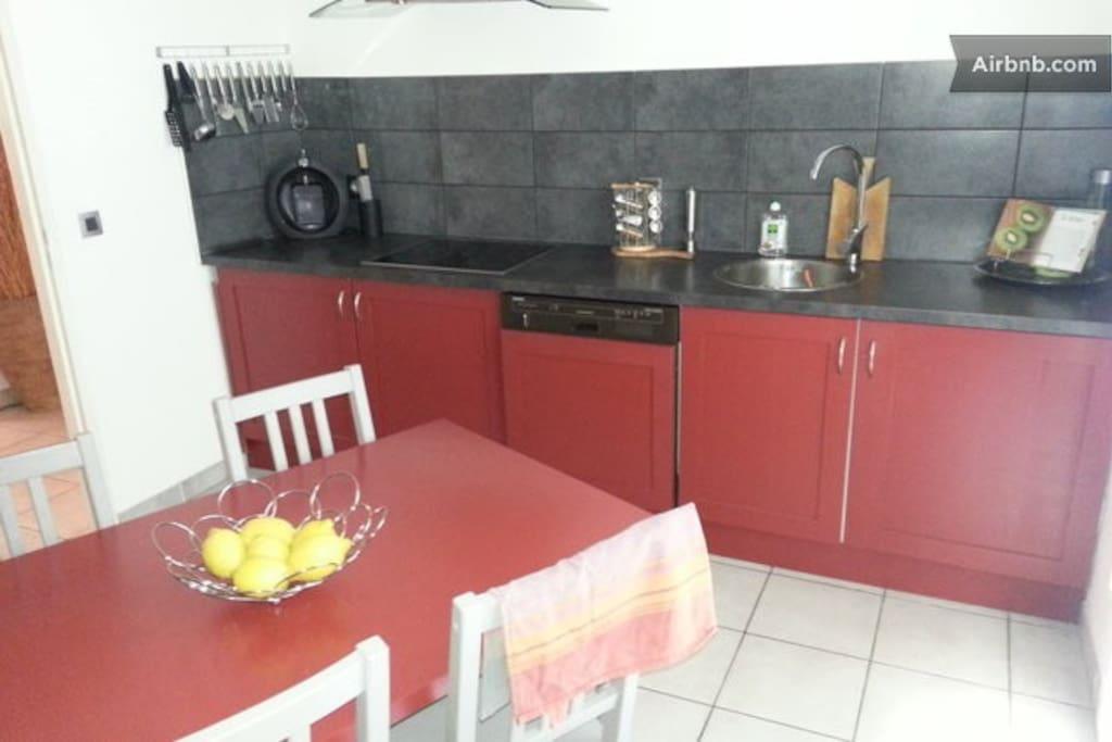 la cuisine équipée (lave vaisselle, lave linge, cafetière senseo ou filtre, réfrigérateur, congélateur, four, micro ondes)