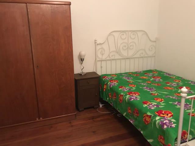 Zimmer mit Blick ins Grüne