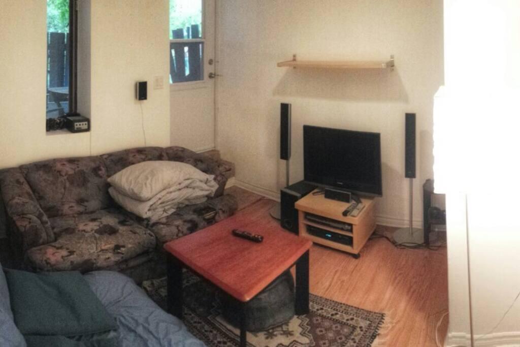 Salon avec télé et home cinéma