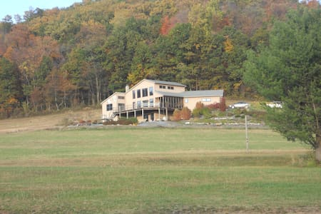 Relaxing getaway on 22 acres w/ breathtaking views