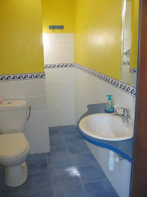 Salle de bain avec douche au fond