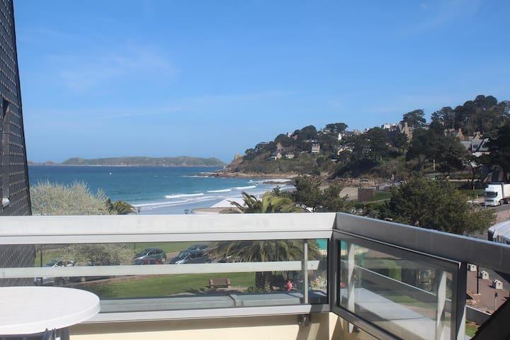 Duplex 4 personnes vue mer. 50 mètres de la plage.