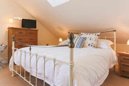 Spacious en-suite king bed+day bed - Falmouth