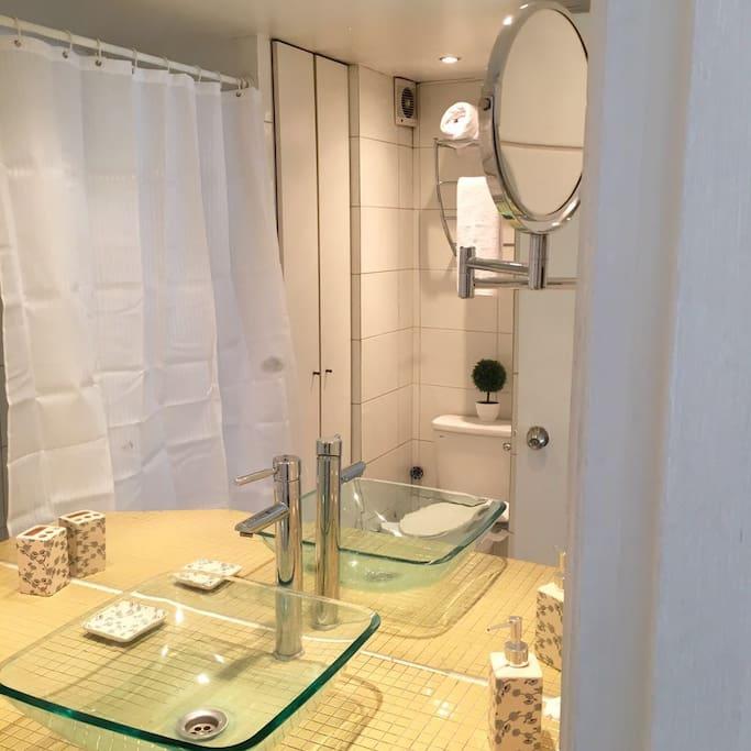 Acogedor y moderno baño.