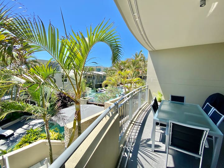 Pool & Mountain Views - 2bed - Beachfront Location