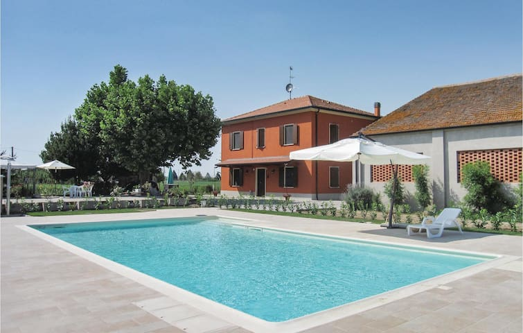 Holiday cottage with 4 bedrooms on 200 m² in Lendinara RO