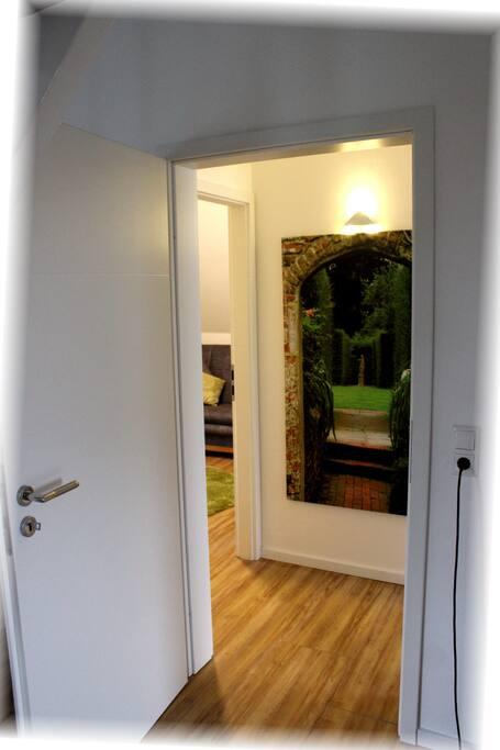 Beide Zimmer sind eine separate Einheit mit kleinem Flur