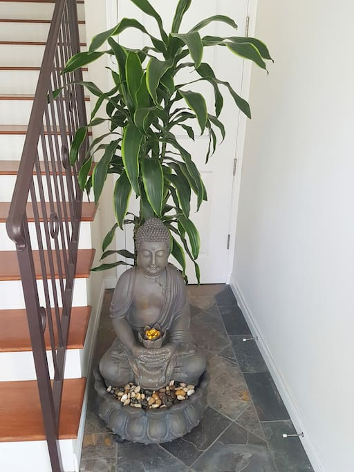 Welcome to the lovely serene townhouse full of positive vibes/energy. The home is set up according to Feng Shui, so come experience a boost in luck and prosperity during your stay!