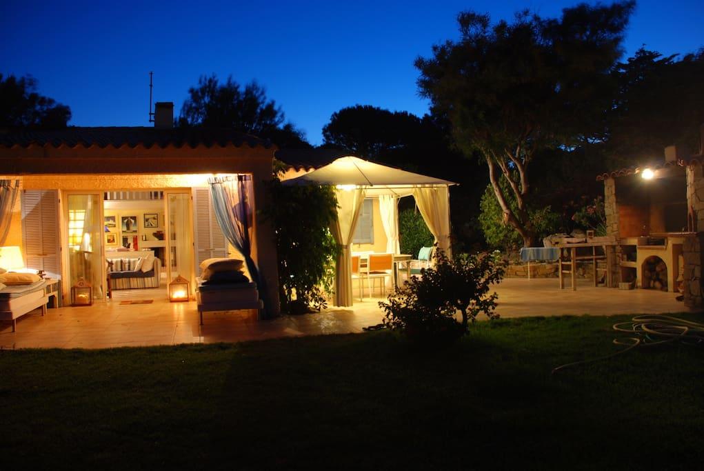 villa indipendente con grande giardino, spazi esterni e bbq con il forno