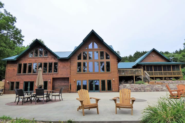 Spacious Lodge on the Wisconsin River!