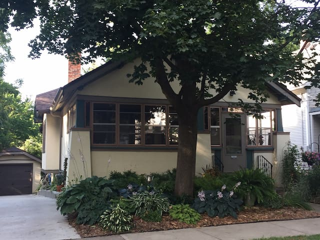 Walking distance to Camp Randall-2 bed cozy home