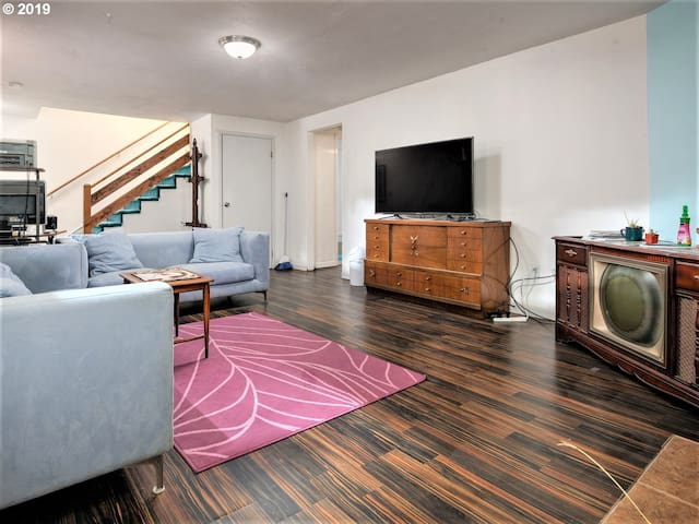 900+ SF Apt near Sellwood/Max/DT! 2 Huge TVs+Cable