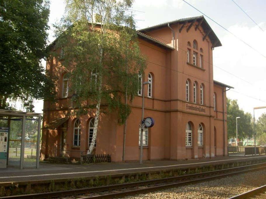 """Der Bahnhof """"Fronhausen""""  - Willkommen in Fronhausen -  vom Bahnhof nur noch 3 min fußläufig zur Unterkunft  Bahnhof Fronhausen 12 min bis Gießen Oswaldsgarten, 13 min bis Marburg"""