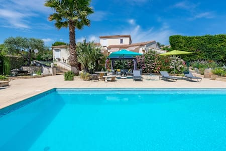 Villa CUBIC with hot tub and pool in Sommières
