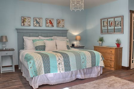 Brand New Luxury Suite with Continental Breakfast - Roberts Creek - Bed & Breakfast