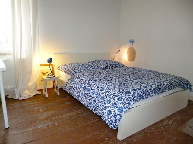 Gut schlafen im Bahnhof? Vordach und neue Fenster machen es möglich. Gäste mögen es....