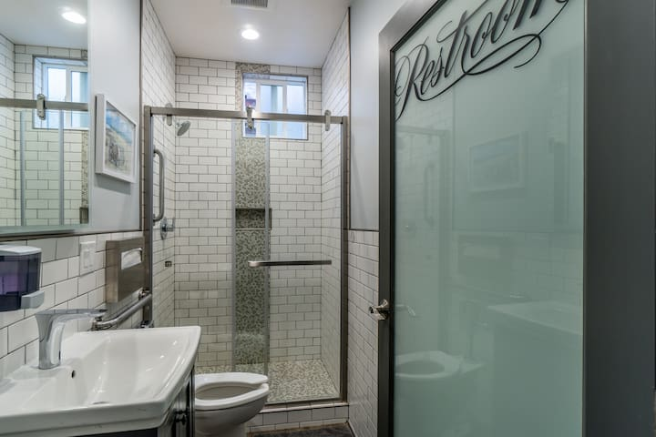 Walk to Moscone Center - Private Room Shared Bath