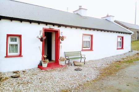 Dooey Cottage Getaway (SEA VIEWS + PETS OK)