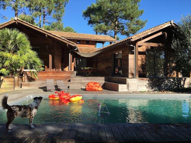 Maison bois +piscine avec vue golf