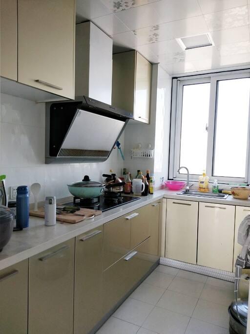 这里是厨房哟,厨具和基本调料都齐全,欢迎做美味可口的饭菜~