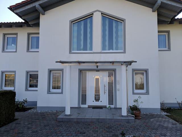 Wunderschönes Zimmer in einem modernen Haus
