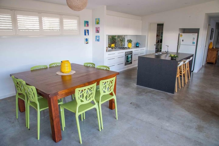 Light, bright and airy in beautiful Broulee