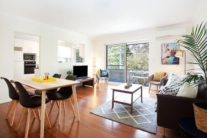Stylish 2-Bed Apartment With Balcony & Parking