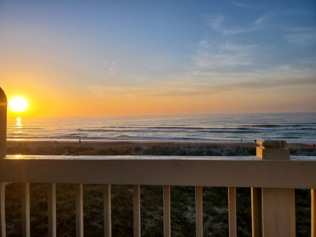 Spectacular Oceanfront Condo with Ocean Views,Community Pool and Beach Access