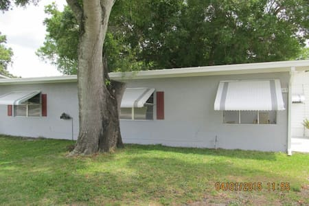 Close to Taylor Creek and shopping - Okeechobee - House