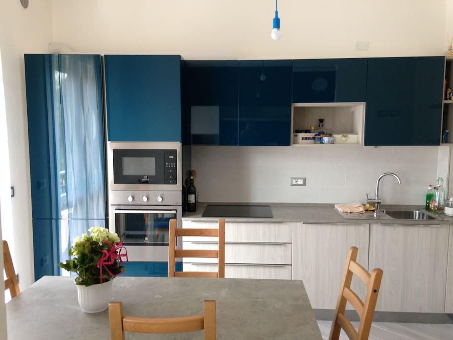 Cucina attrezzata con piano cottura a induzione, forno microonde, lavastoviglie