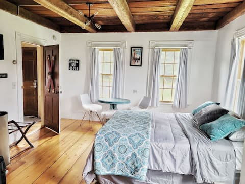 Adorable two bedroom suite in Waterbury center close to everything, reservoir access behind the house.