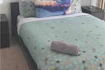 Queen Size Tempurpedic - a VERY comfortable sleep.