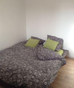 Chambre prive dans une maison de 100 m2 - Ézanville - Byt