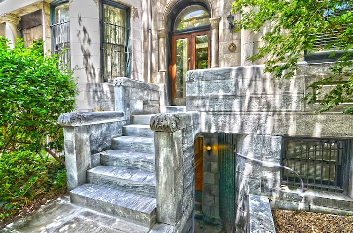 Tall and Airy Dupont Circle Apt for 6