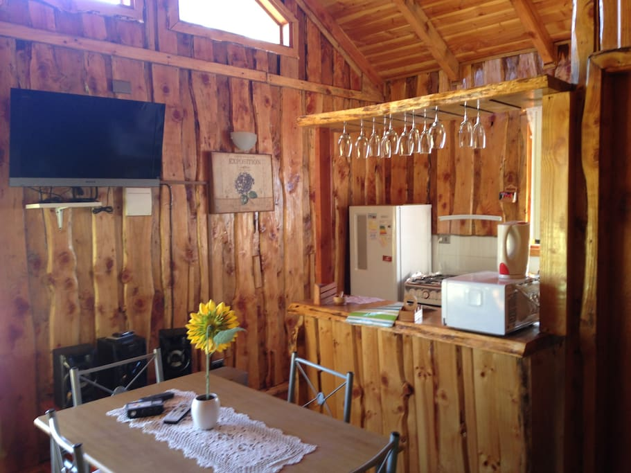 Living comedor y cocina americana. TV con cable y estufa. // Living and dinning area with kitchen. cable TV and stove.
