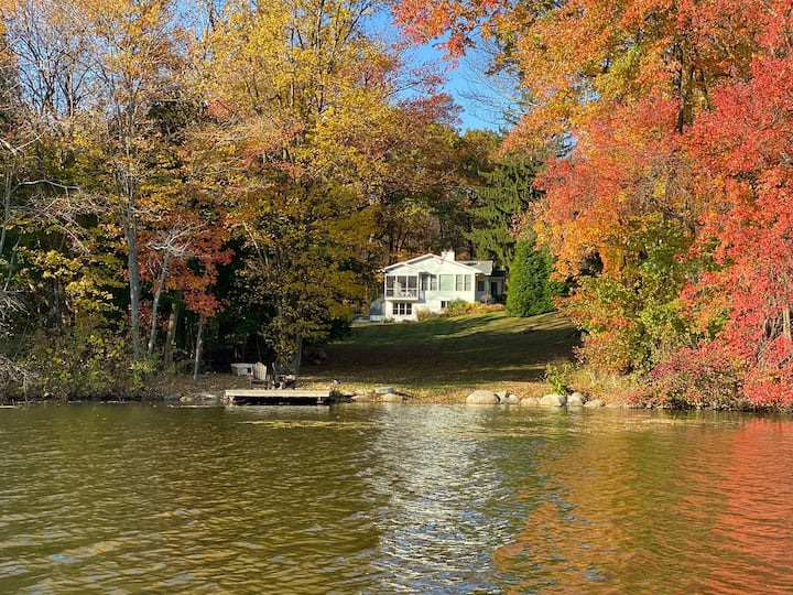 Cozy winter lake view retreat 90 mins from NYC
