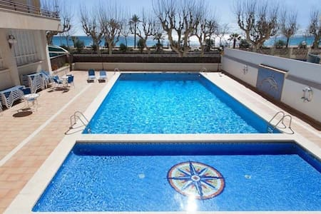 • Apartment Apartment in the first line of the sea, placed in an area of luxurious and - Calella - Apartamento