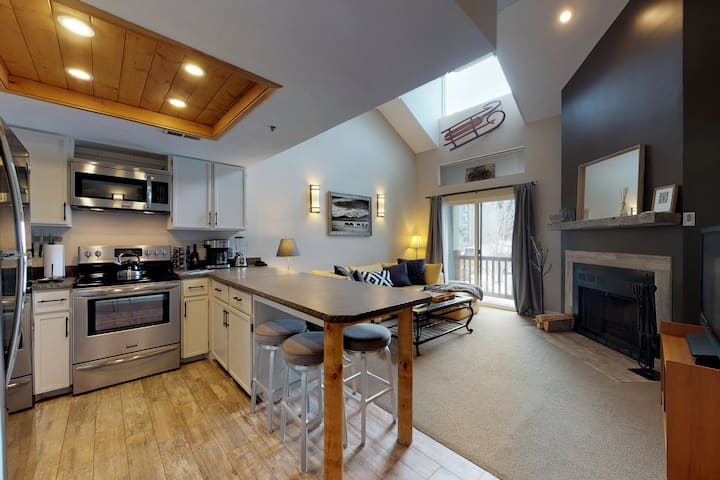 Updated condo w/shared hot tub &fireplace - walk to ski access