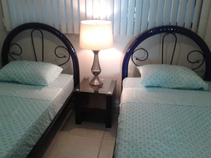 Habitación compartida masculina con dos camas