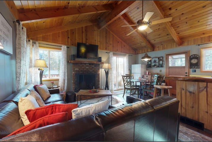 Cozy cabin,SPA,big deck,WALK to the MARINA! -NEW