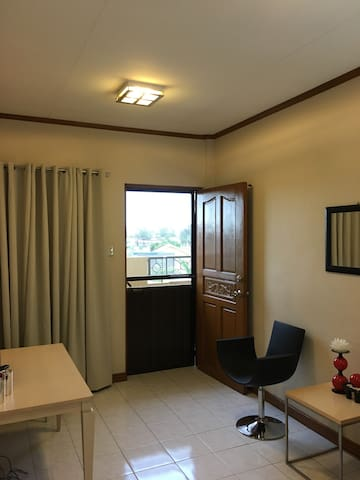 Well Ventilated Apartment w/ WIFI - Biñan - Huoneisto