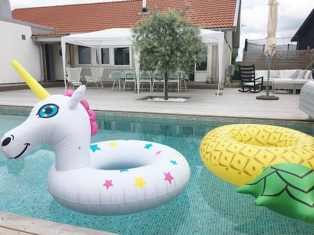 Modern villa /w heated pool close to Gothenburg