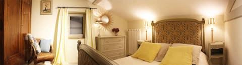 Chambre calme dans une maison de style campagnard