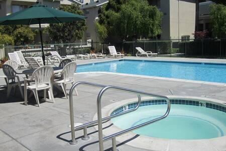 Walk everywhere room(private bath.) - Santa Cruz - Condominio