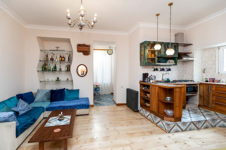 ✰Colorful apt. w/ a furnished terrace, 2 min. from Rustaveli avenue✰