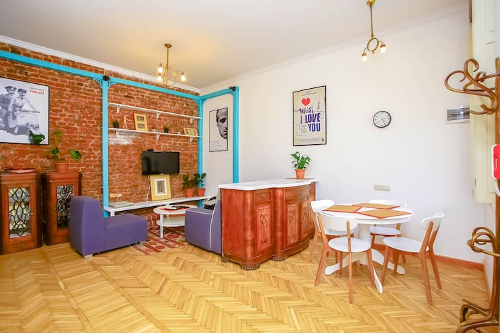 ★ NEW ★ 2 Bed apart in the ❤ of Old Tbilisi!